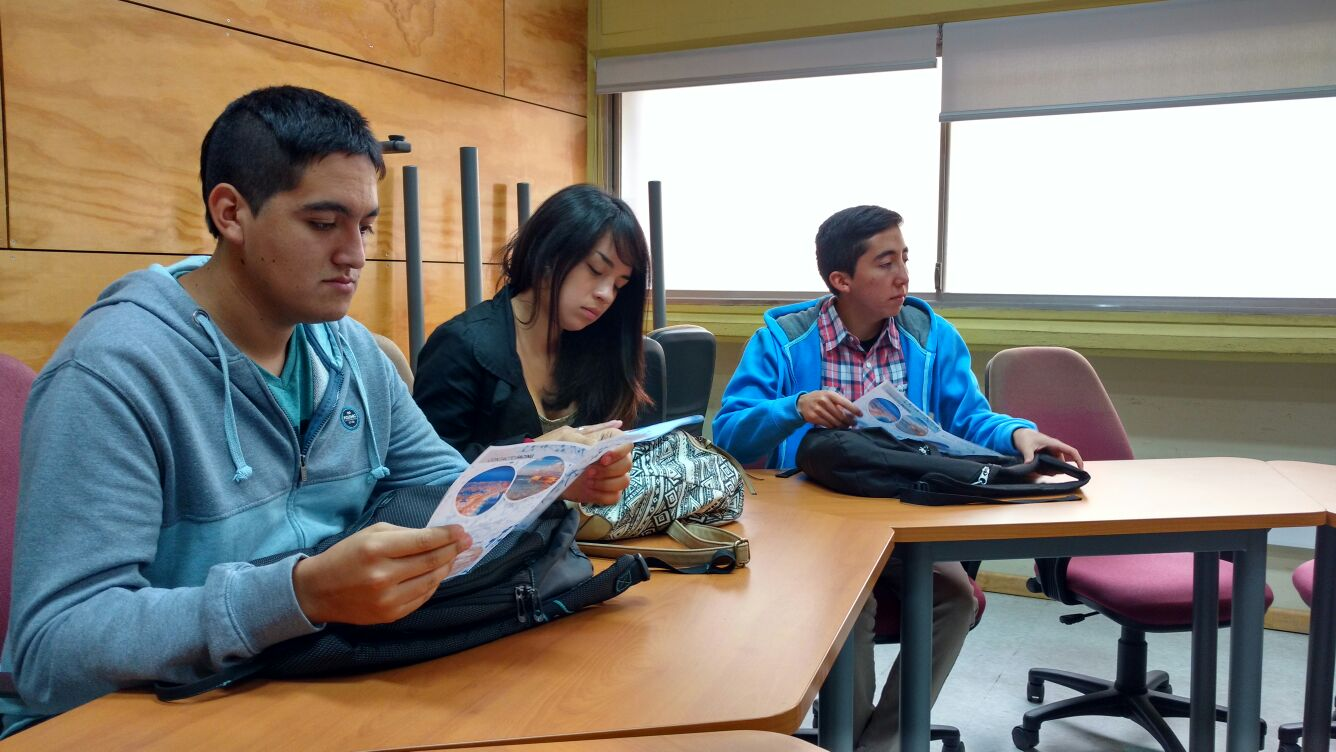 Alumnos leyendo información